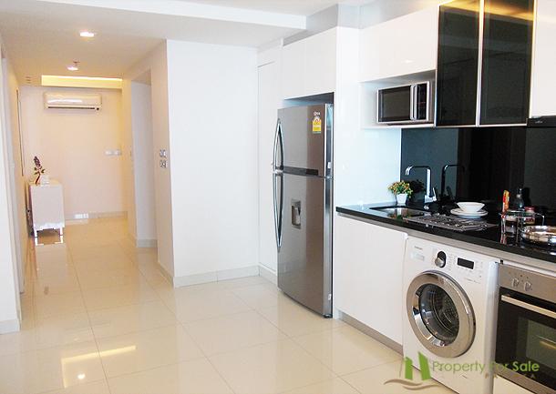 Einbauküche in der 3-Zimmer-Wohnung Wong Amat Tower Pattaya