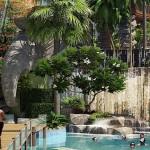 Elefantskulpturen und Wasserfälle kreieren eine sagenhafte Atmosphäre The Maldives resort Jomtien