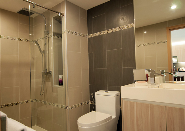 Dusche und Toilette im Badezimmer The Maldives Resort Jomtien
