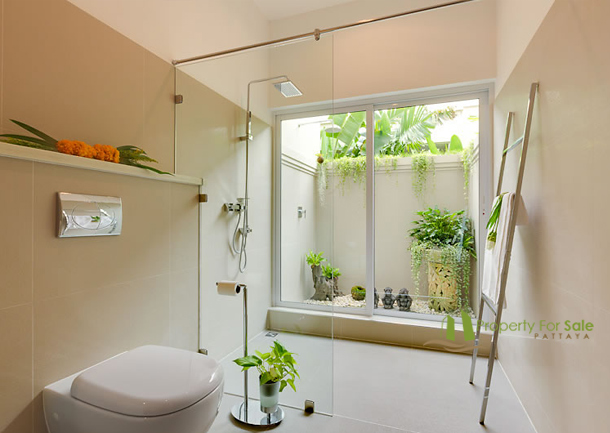 Tageslicht Bad mit Dusche La Residence Vineyard Pool Villa Pattaya