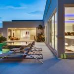 Nachtansicht des Pool, überdachter Terrasse und Blick in.d. Wohnbereich La Residence Vineyard Villa Pattaya