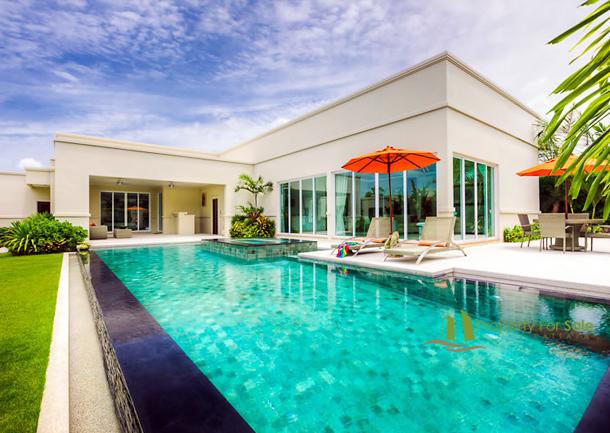 Das 60m² groβe Privat-Schwimmbad der Villa in La Residence Vineyard Pattaya