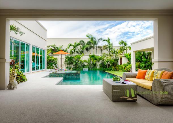 Blick von der überdachten Terrasse La Residence Vineyard Villen Pattaya