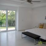 2tes Schlafzimmer mit Blick auf den Garten Villa mit Meerblick in Pattaya Ost