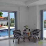 Schlafzimmer mit Aussicht auf den Pool und Garten Villa mit Meerblick in Pattaya Ost