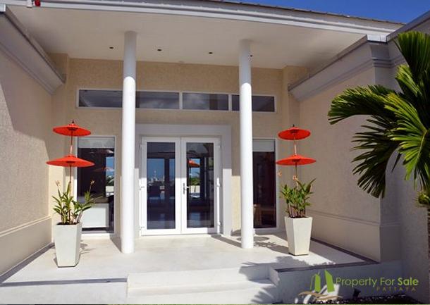Hauseingang der Merblick Villa in Pattaya Ost