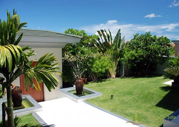Gartenweg zur Doppelgarage Villa mit Meerblick in Pattaya Ost