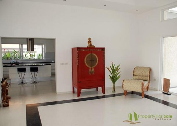 Wohnzimmer Ansicht mit Blick in die Küche der Merblick Villa in Pattaya Ost