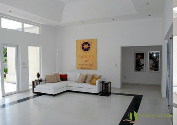 Sehr groβzügiger Wohnraum mit Schiebetüren an 2 Seiten in der Meerblick Villa Pattaya Ost