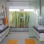 Badezimmer mit 2 Waschbecken, Badezimmermöbel und Dusche Villa mit Meerblick in Pattaya Ost