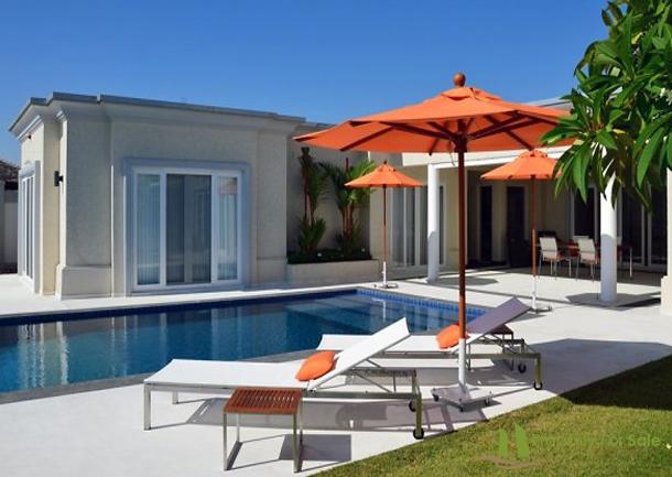 Poolbereich mit Blick auf das Schlafzimmer & Überdachte Terrasse Villa mit Meerblick in Pattaya Ost