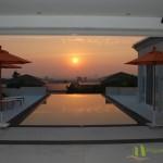 Sonnenuntergang von der überdachten Terrasse betrachtet Villa mit Meerblick in Pattaya Ost